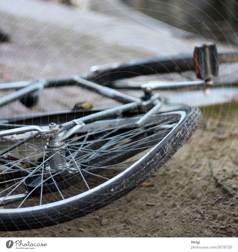 verbogen - altes Fahrrad mit verbogenem Rad liegt am Boden kaputt Außenaufnahme Verkehr Stadt Verkehrsmittel Fahrzeug Unfall Fahrradfahren Straßenverkehr