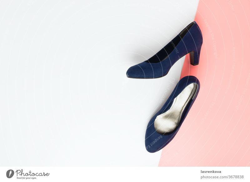 Pastellfarbenes modisches Flatlay-Arrangement mit modischen blauen Stöckelschuhen aus Kunstleder auf rosa und weiß Zubehör Schönheit Konzept Mode feminin