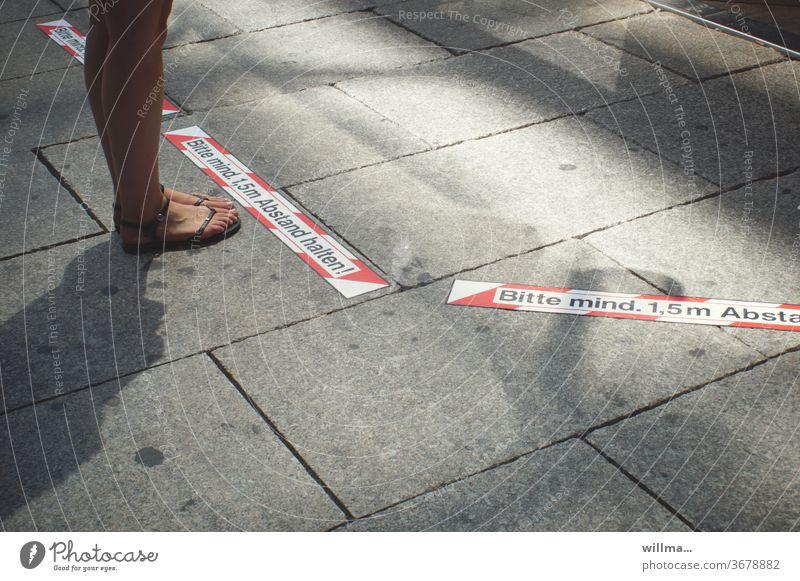 junge frau hält abstand zum schutz gegen korona ein Abstand Beine Sandalen Mensch Korona weiblich Abstand halten Markierung Abstandsmarkierung Koronaschutz