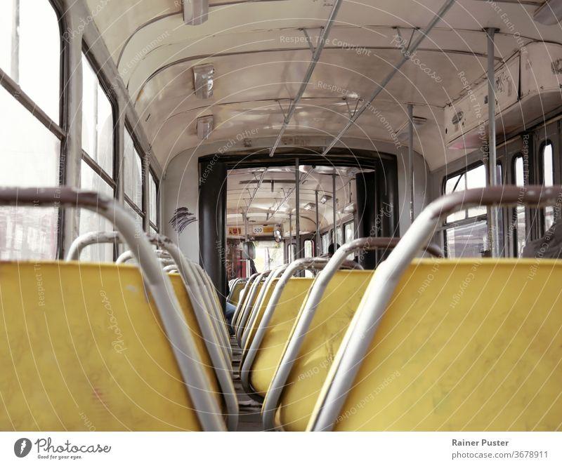 Innenraum einer alten Straßenbahn in Belgrad, Serbien im Inneren Innenbereich Metall Öffentlich retro Zug Verkehr Transport altehrwürdig verwittert Sitz Zugsitz