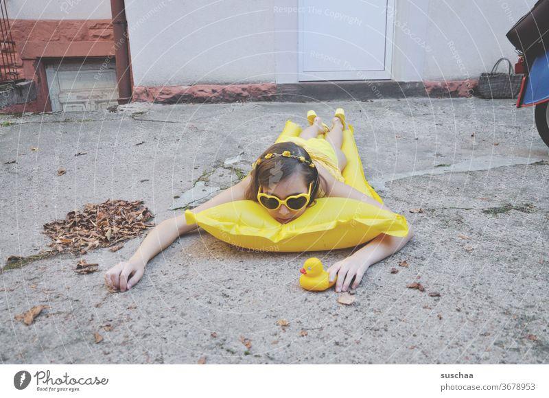 trockenschwimmerin im hinterhof (sommer 2020) Komik Satire Unfug einfallsreich lustig skurril gelb trockenschwimmen traurig öde langweilig grau trist