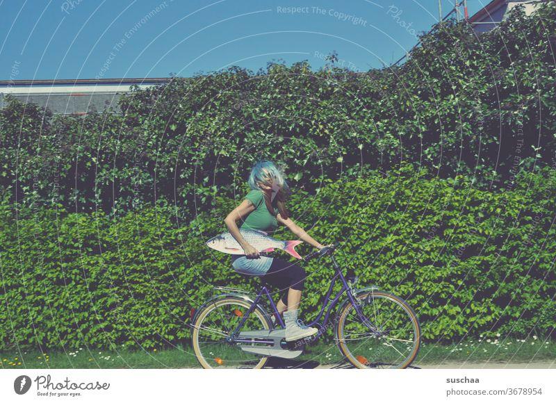 frau auf dem fahrrad mit fisch Fisch Fahrrad Fahrrad fahren verrückt skurril Blödsinn Perrücke inkognito seltsam Haare & Frisuren Perücke plem plem Weg Busch