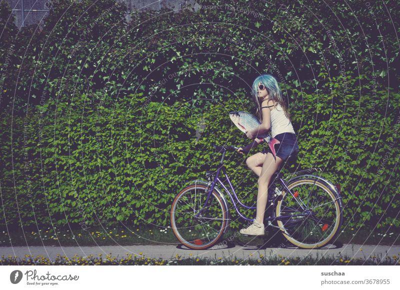 fisch, fahrrad und eine jugendliche Fisch Fahrrad Fahrrad fahren Jugendliche Teenager verrückt skurril Blödsinn Perrücke inkognito seltsam Mädchen Pubertät