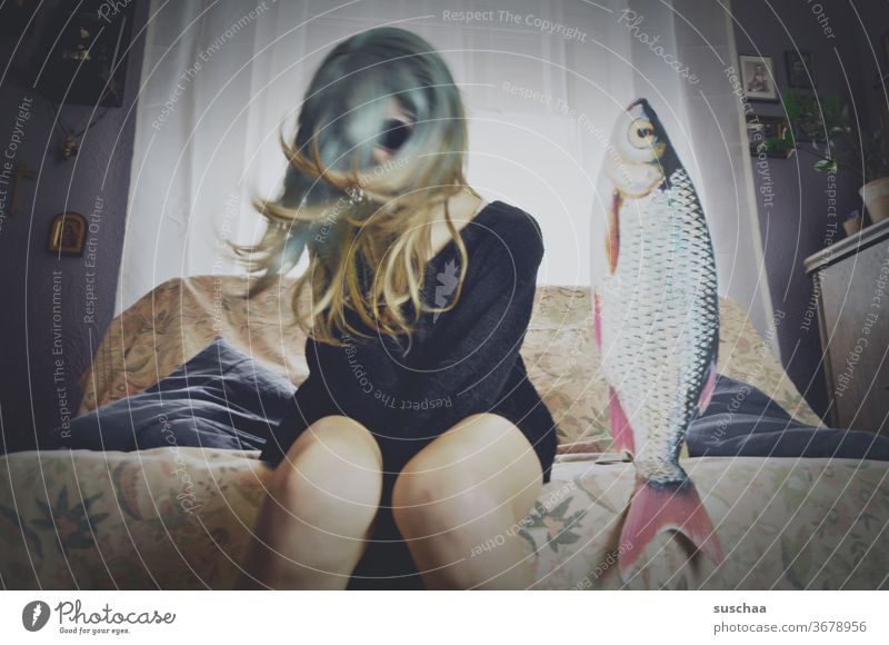 jugendliche schwingt ihre perücke zur musik auf einem sofa mit fisch Jugendliche Teenager Pubertät verrückt tanzen Musik Party Sofa Fisch skurril Fenster