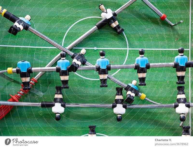 Rudelbildung | Kaputter Tischfußballtisch Fußball kicker Sport Ballsport Fußballplatz Freizeit & Hobby grün Farbfoto Misserfolg kaputt kaputte Typen Männchen