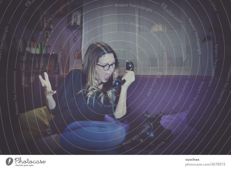 frau auf der couch, die ins telefon schreit Frau Wohnzimmer Zuhause Couch lila wohnen Telefon alt Bakelit Telefon Schrei schreien Kommunikation anschreien