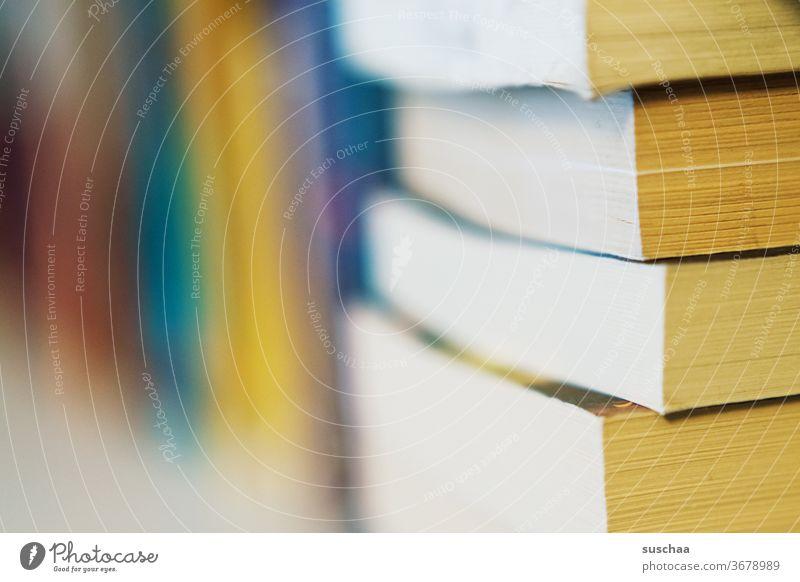 auf dem bücherregal Bücher Bücherregal zu Hause lesen Bildung Langeweile Buchseiten Papier Lesestoff Seiten lernen Wissen Schule Literatur Stapel Information