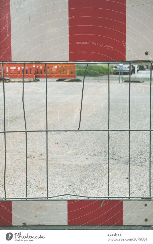 straßenabsperrung mit loch im zaun Straße Stadt Abriegelung Straßensperre Sraßenabsperrung kein Durchgang Baustelle Zaun Loch abgebrochen Eisengitter rot weiß