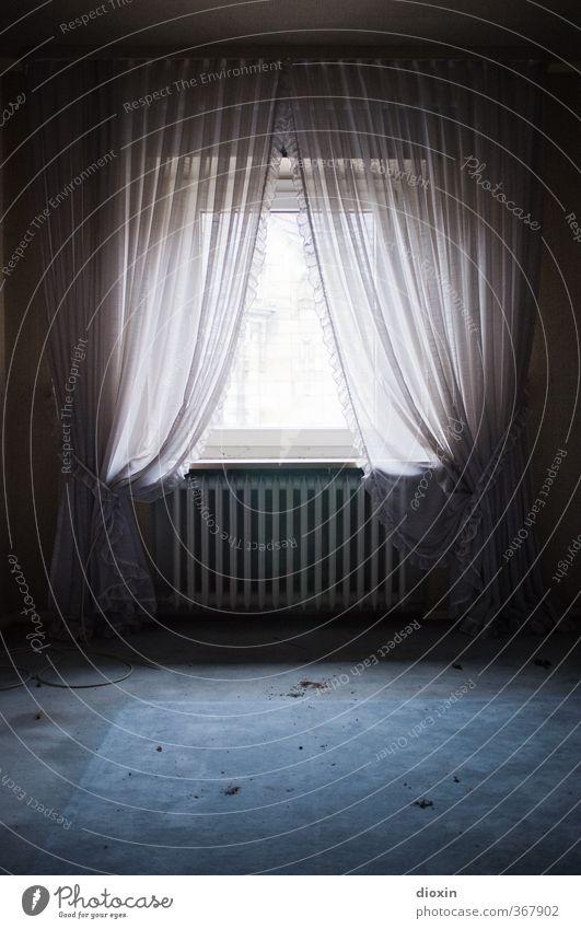 Durch Nacht zum Licht Haus Fenster Heizung Heizkörper Teppich Gardine Rüschen Häusliches Leben alt authentisch dreckig trashig Stadt Senior Armut Verfall