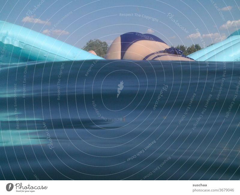 weibliche person auf einer luftmatratze taucht ins wasser Person Mädchen junge Frau Jugendliche Bikini Po Hinterteil Luftmatratze See Wasser Seewasser Sommer
