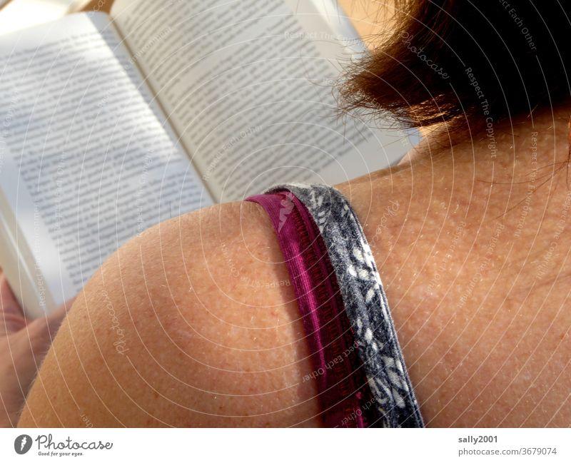 Lesesonntag... Frau Buch lesen Schulter Haut Spaghettiträger Roman Sonnenlicht Literatur Haare rothaarig braune Haut Konzentration Printmedien Buchseite Bildung