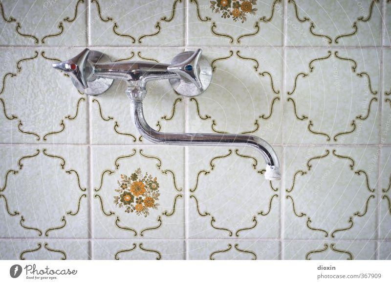 der Hahn und das Wasser Getränk Trinkwasser Mauer Wand Bad Küche Fliesen u. Kacheln Wasserhahn Sanitäranlagen sanitär alt Häusliches Leben Farbfoto