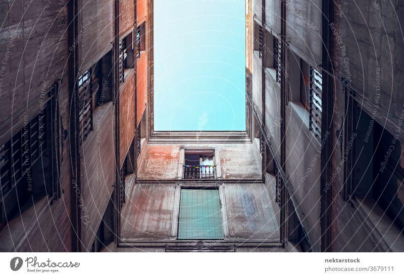 Architektur des alten Wohnhauses Gebäude Appartement Fassade direkt darunter wohnbedingt Fenster eng geometrisch Muster keine Menschen niemand Barcelona Spanien