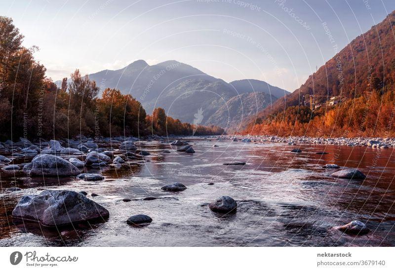 Landschaftliche Flusslandschaft in Italien Wasser Natur Schönheit in der Natur Berge u. Gebirge Hügel Wald Herbst keine Menschen niemand Wasserlandschaft