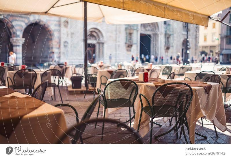 Freiluftrestaurant mit Sitzplätzen an einem sonnigen Tag in Mailand Tisch Stuhl Restaurant im Freien Straße Café nicht erkennbare Personen