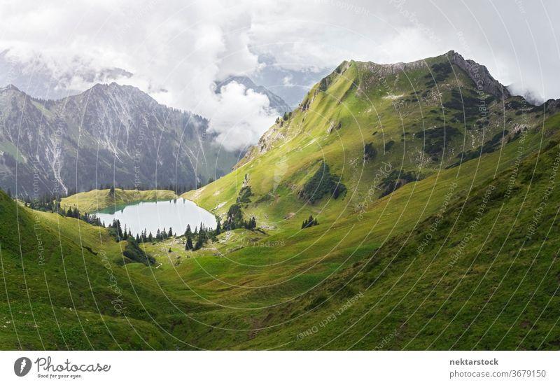 Alpensee und Grünes Tal See Berge u. Gebirge Schönheit in der Natur Wiese idyllisch grün Gras malerisch Wolken keine Menschen niemand Naturfotografie Tag