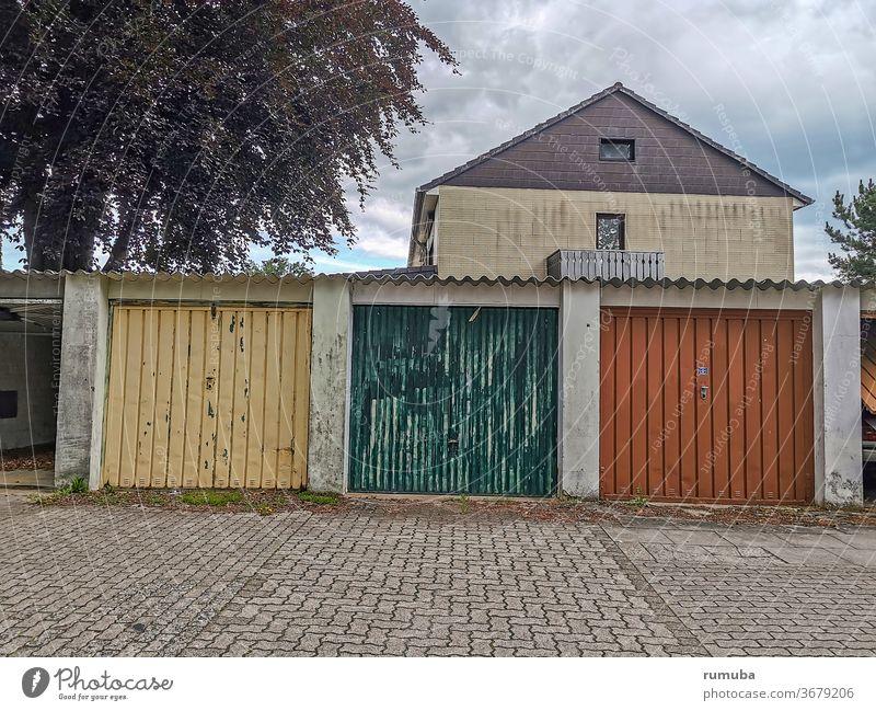 Garagentore alt, abblätternde Farbe Architektur Tor Wand Vergangenheit Lager Mauer Außenaufnahme Gebäude retro geschlossen Zahn der Zeit Phantasie