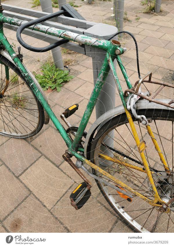 Altes, defektes Fahrrad kaputt Rost alt verfallen Verkehrsmittel klapprig Rad Farbfoto Außenaufnahme Verfall fahren Fahrradfahren Stadt Vergangenheit Totale Tag
