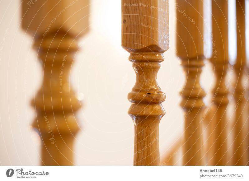 Holzgeländer einer luxuriösen antiken Treppe, Holzelemente Makrofotografie, Retro-Design schönes Interieur eines modernen Hauses Reling Innenbereich heimwärts