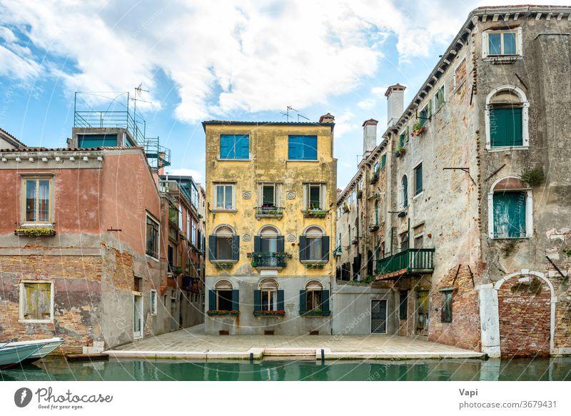 Blick auf die Straße von Venedig mit Gebäuden Italien Kanal Wasser Haus Großstadt Wahrzeichen reisen Architektur romantisch Boot schön alt Europa Ansicht
