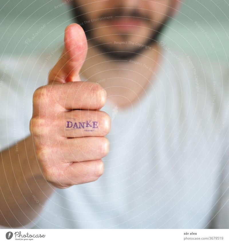 Mann mit Bart zeigt Daume hoch und hat DANKE auf dem Finger geschrieben. Danke feuchtkalt Dankbarkeit zufrieden Daumenhoch glücklich Motivation motivieren