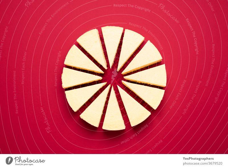 Klassischer, in Scheiben geschnittener Käsekuchen. Cremiger Käsekuchen. Hausgemachtes Dessert obere Ansicht Hintergrund gebacken Bäckerei Frühstück Kuchen