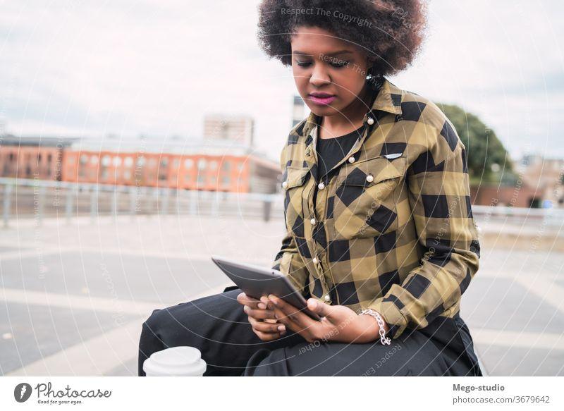 Afroamerikanische Lateinamerikanerin mit digitalem Tablet Afro-Look Amerikaner Frau Tablette Menschen jung Technik & Technologie Kaffee lässig Computer Person