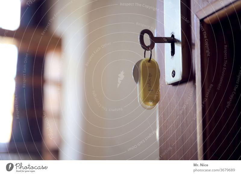 verschlüsselt Schlüssel Schlüsselloch Schlüsseldienst Tür aufgeschlosssen offen geöffnet schließen aufmachen Sicherheit Türschloss zimmer Raum Wohnung