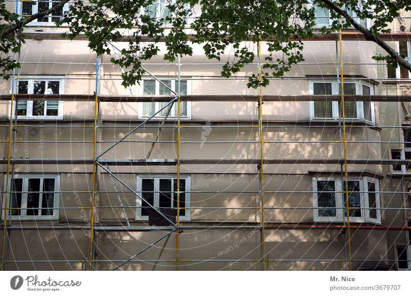 Gebäude mit Gerüst Haus Gerüstbauer Renovieren Fenster Fassade Baustelle Baugerüst Arbeit & Erwerbstätigkeit Architektur Blätter Stadt Schutz Umbauen