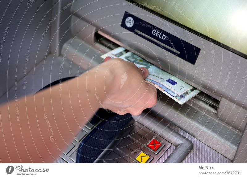Geld abheben Geldautomat cash Bank Geldinstitut Geldscheine Bargeld bankautomat Euro Arme Hand sparen bankgebäude tastatur geld abheben Elektrisches Gerät
