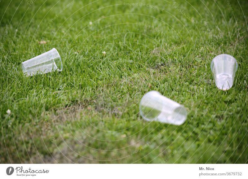 leere Plastikbecher liegen im Gras Becher Müll Umweltverschmutzung Kunststoff Recycling Verpackung Abfall Wiese Rasen Entsorgung wegwerfen Park Party