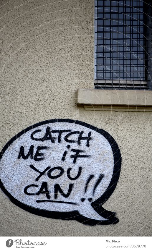 Catch me if you can Schriftzeichen Wand Graffiti Fassade Text Jugendkultur grafitti Mauer Subkultur Gebäude Sprechblase Haus Fenster catch fangen Stadt Spruch