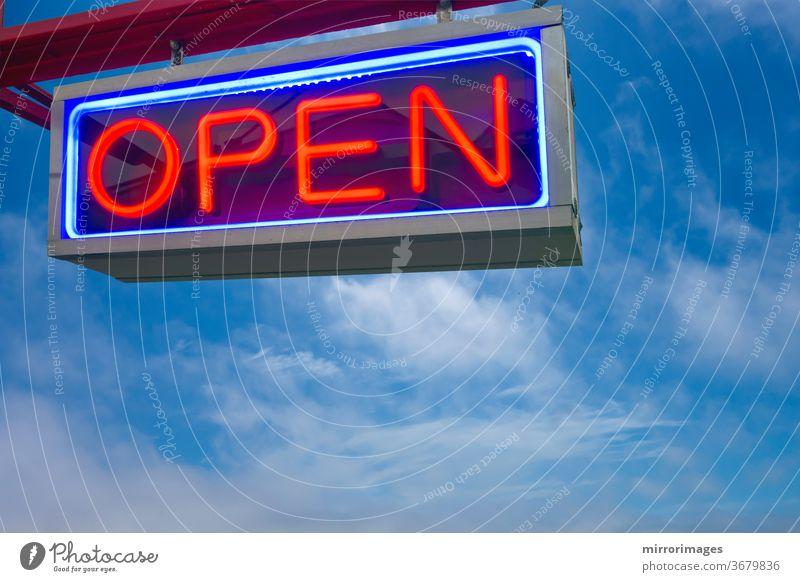 offene Leuchtreklame rot und blau auf Himmelshintergrund Hintergrund schwarz hell Business Wolken Farbe wirtschaftlich Konzept Dekoration & Verzierung Design
