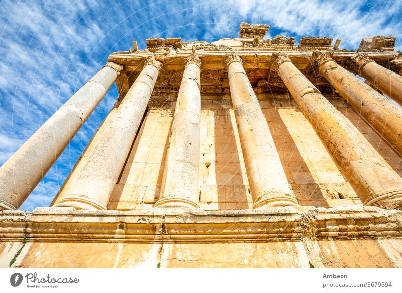 Säulen des antiken römischen Tempels des Bacchus und blauer Himmel im Hintergrund, Beqaa-Tal, Baalbeck, Libanon Dionysos Antiquität archäologisch Archäologie