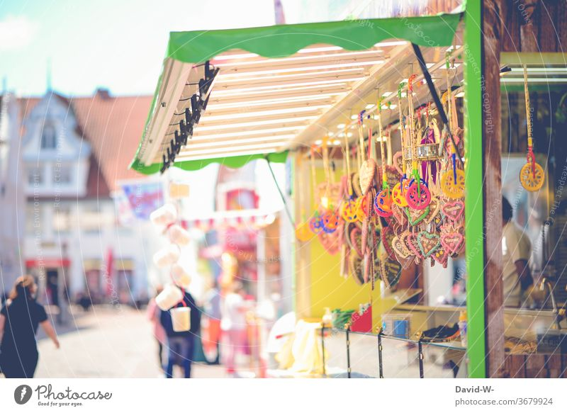 eine Bude auf einer Kirmes Buden u. Stände Stand kirmesbude Lebkuchenherzen süßigkeiten Budenbesitzer Standbesitzer leer Corona leere abstand angst verlassen