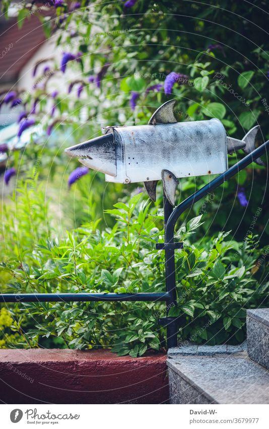 angsteinflößender Briefkasten - besser keine Rechnungen ... Hai böse beängstigend angsteinflösend Zähne Post Angst Gesicht schlechte Nachrichten Postbote