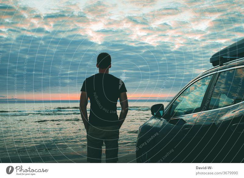 Mit dem Auto an die See Mann Urlaub Nordsee Dänemark Urlauber genießen ruhe Meer Ozean Autoreise Autostrand Strand Sonnenuntergang Urlaubsstimmung Urlaubsfoto