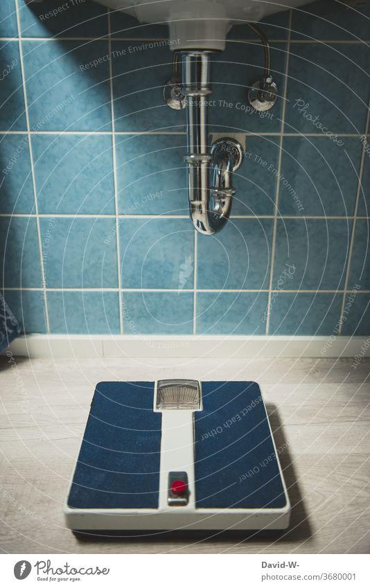 eine alte Waage in einem Badezimmer aus vergangener Zeit Vergangenheit früher 60er 70er stil wiegen Gewicht Boden altmodisch Altbauwohnung blau wandfliesen