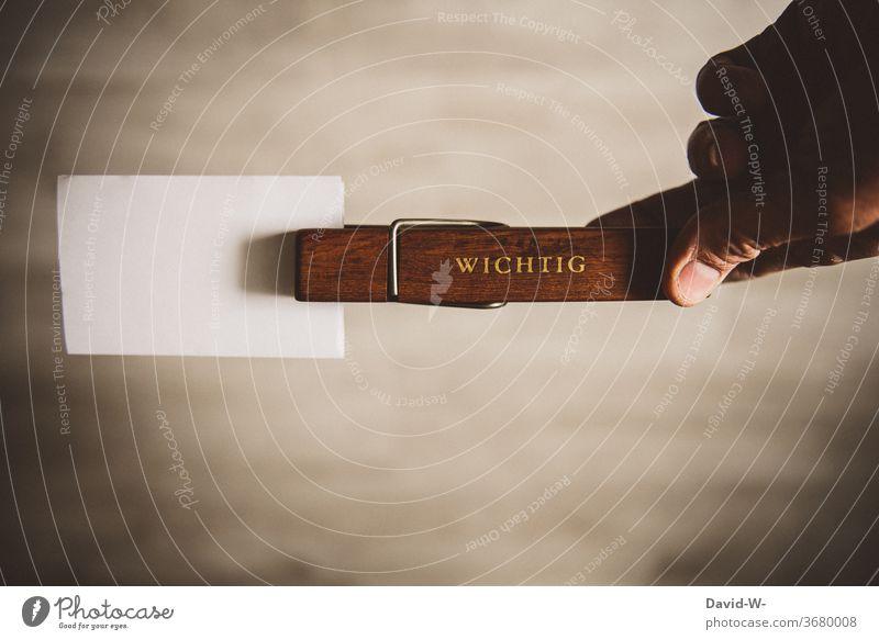 Wichtige Informationen Zettel mit Textfreiraum Nachricht Wäscheklammer Hinweis Achtung Wort Infos Papier Farbfoto Büro Buchstaben Mitteilung Holz blanko
