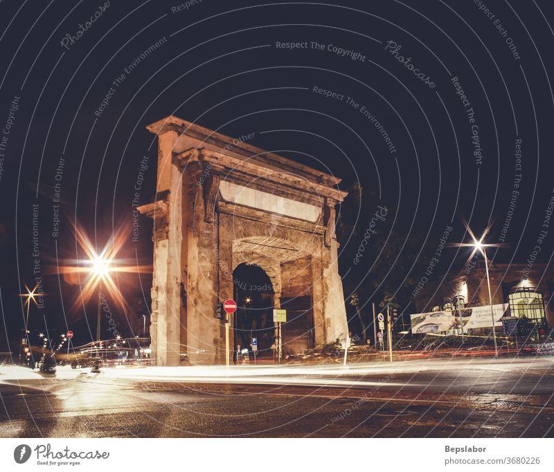 Nachtansicht der Porta Romana in Mailand, Italien Architektur Bogen Portal Sonnenuntergang Licht Erbe Großstadt Italienisch Kunst gewölbt Bildhauerei Tourismus