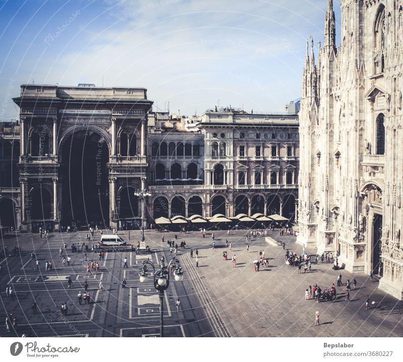 Draufsicht auf den Domplatz. Der Dom und die Galerie Vittorio Emanuele II in Mailand - Italien Architektur Kunst Duomo Eingang Portal