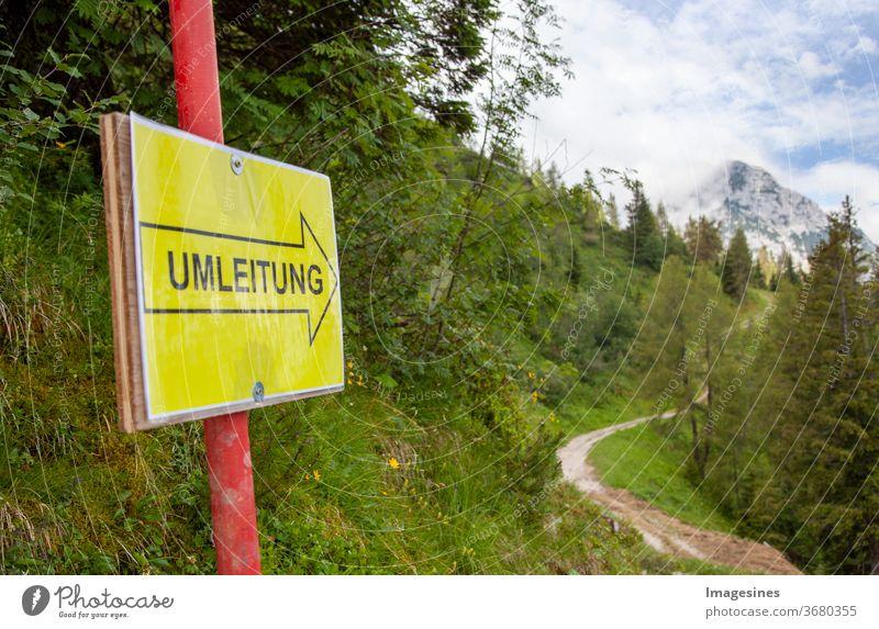 Umleitung - Schild in den Bergen. Umwegzeichen und Blick auf Berg im Hintergrund Zeichen Redirection Umleitungszeichen Straße Warnung Verkehrszeichen Gefahr