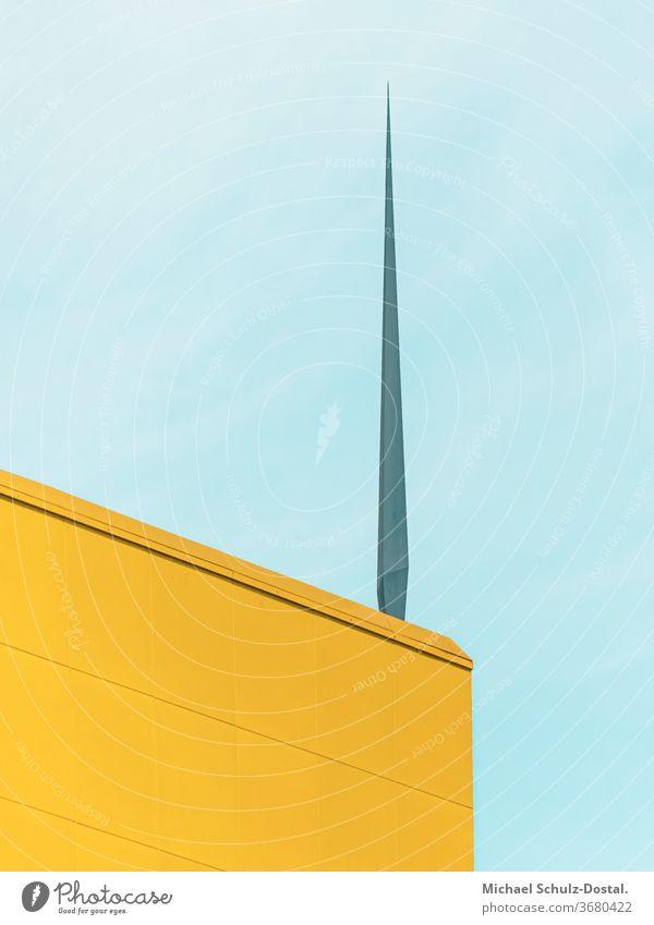Gelbe Gebäudeecke mit Dorn Minimal grafisch farben formen Geometrie abstract grafik abstrakt quadrat harmonie gelb blau cyan fassade gebäude geometric himmel