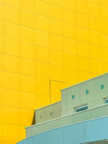 Grünes Haus vor gelber Fassade Minimal grafisch farben formen Geometrie abstract grafik abstrakt quadrat harmonie urban architektur linie cyan fassade element