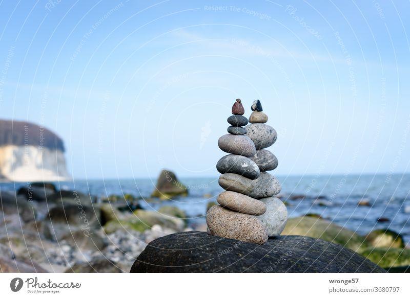 2 Steinmännchen stehen auf einem großen Findling am Strand von Rügens Kreidefelsen Kreideküste Ostsee Ostseeküste Steinmann Steinmandl Wegmarkierung Wegmarke