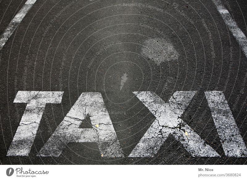 Taxi Parkplatz Typographie schreiben Schriftzeichen Buchstaben Asphalt Stadt Straßenverkehr Personenverkehr Verkehr Stadtleben Tourismus Verkehrswege