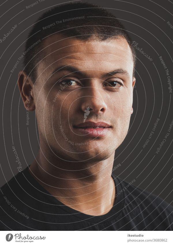 Mann-Porträt lateinamerikanisch hispanisch männlich jung Gesicht Atelier Erwachsener Person 20s lässig Latein eine Männer ernst Typ Menschen Kopf Model wirklich