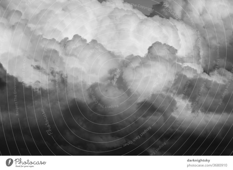 Dramatisch wirkender Wolkenhimmel mit Haufenwolken Gegenlicht Dämmerung Licht Silhouette Sonnenlicht Textfreiraum Mitte Textfreiraum unten Luftaufnahme