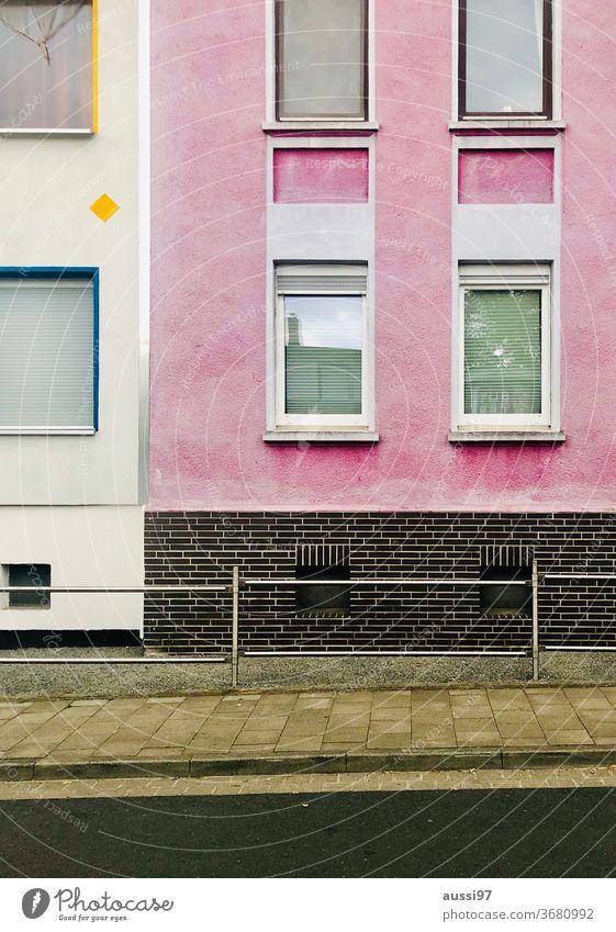 Pinkfarbene Hausfassade pink rosa urban Gentrifizierung Miete Wohnung frei Stadt Mietwohnung Gebäude Außenaufnahme Fenster Farbfoto Architektur Wand Mauer