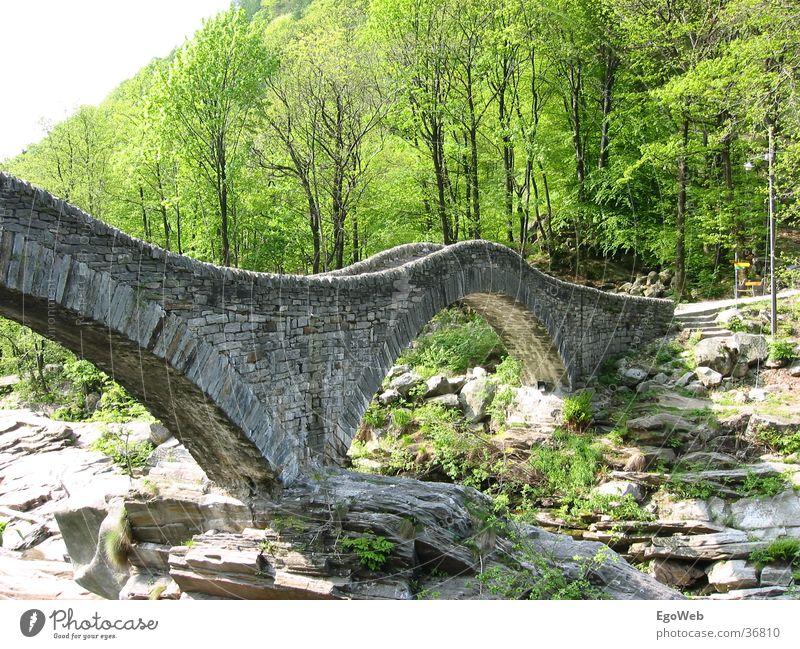 Brücke im Tessin (CH) Natur schön alt Berge u. Gebirge Stein Landschaft Fluss rund Schweiz Hügel Kanton Tessin Steinbrücke